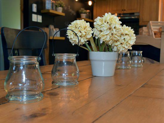 Table rustique et fleurs (Pierre Rochette)
